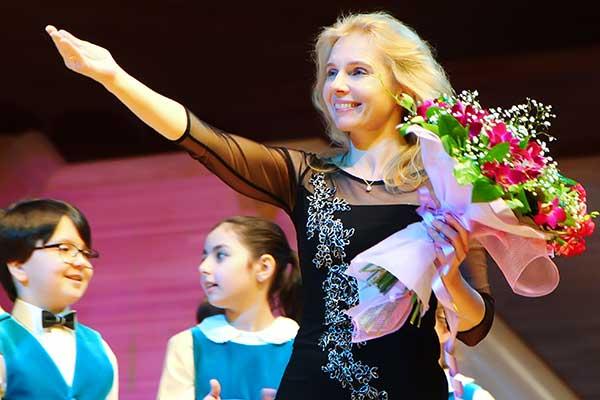 Художественный руководитель Детской музыкальной хоровой школы «Всена» им. А.С. Пономарева Надежда Аверина поздравляет «МО» и Андрея Устинова