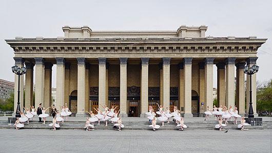 Артисты балета станцевали на ступенях театра в память о Майе Плисецкой