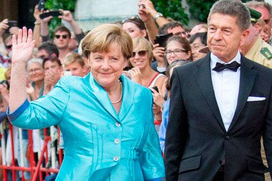 Меркель упала со стула на премьере оперы в Байройте