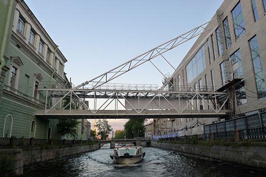 Минкульт рубанул в Мариинке: стеклянный мост между театрами называют градостроительной ошибкой