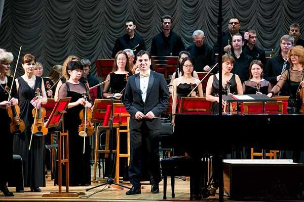 Прощальным концертом дирижера Тиграна Ахназаряна завершился концертный сезон Дальневосточного симфонического оркестра