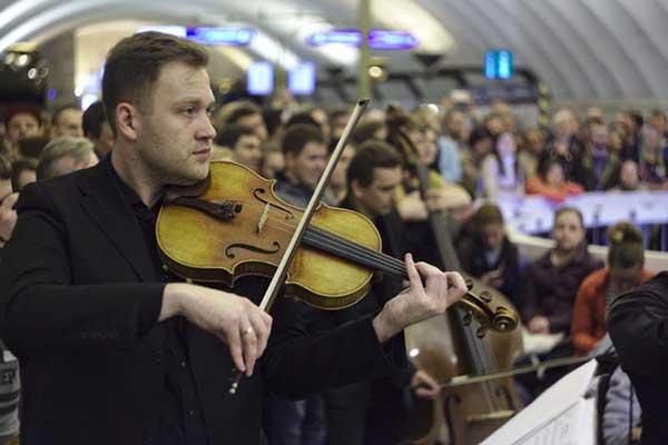 На станции метро «Спортивная» в Санкт-Петербурге состоялся ночной концерт академической музыки