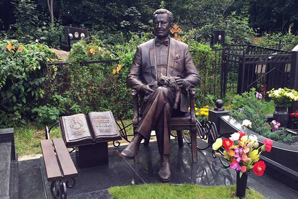 Памятник Святославу Бэлзе открыт на Ваганьковском кладбище