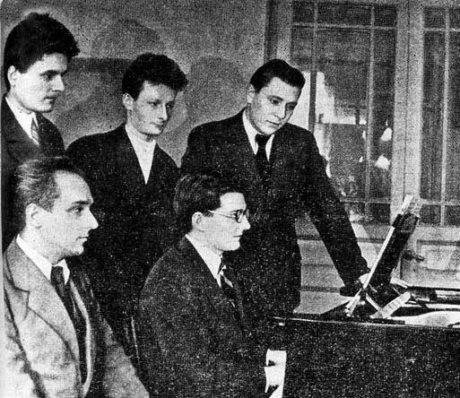 Класс Д.Д. Шостаковича. Третий слева — Вениамин Флейшман