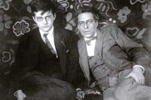 Дмитрий Шостакович с Всеволодом Мейерхольдом в его квартире в Брюсовом переулке, 1936. Фото Константин Есенин.