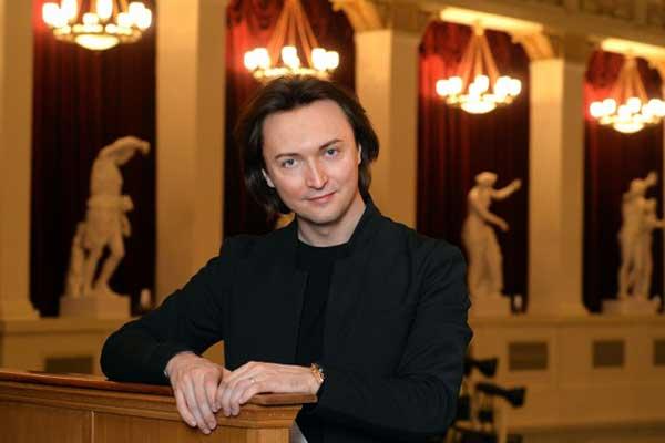 Главным режиссером НОВАТа стал 35-летний солист оперы Вячеслав Стародубцев