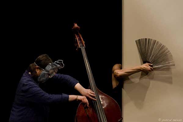 Спектакль «Пензум», хореограф Жозеф Надж, с участием Жоэль Леандр (контрабас)