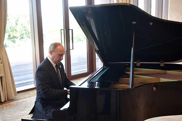 Путин сыграл на рояле мелодии двух песен перед встречей с Си Цзиньпином