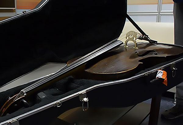 Председатель комитета Волгоградской облдумы по культуре доставил из Петербурга «потерянную» виолончель XVIII века