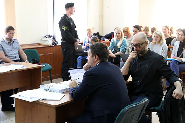 Мосгорсуд оставил режиссера Серебренникова под домашним арестом