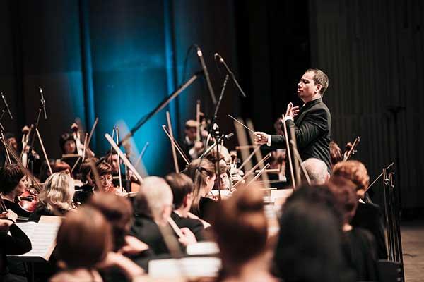 Красноярский академический симфонический оркестр исполнинт сочинение Мечислава Вайнберга