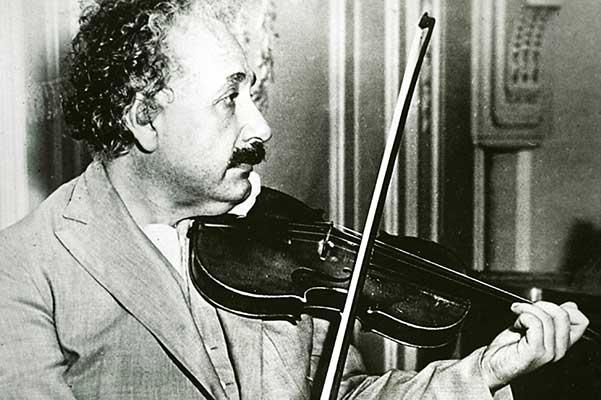 Скрипка Альберта Эйнштейна продана за полмиллиона долларов на аукционе в Нью-Йорке
