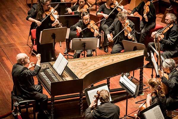 Амстердамский барочный оркестр (дирижер — Том Копман) выступят в концертном зале «Зарядье» с программой из произведений Баха
