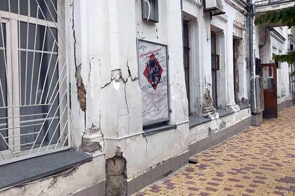 В центре Симферополя разваливается здание Крымской филармонии