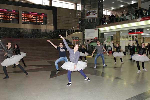 Артисты Челябинского театра оперы и балета устроили танцевальный флешмоб на вокзале