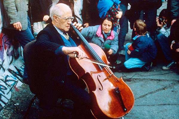 Десять лет падения Берлинской стены. Ростропович играет Баха на контрольно-пропускном пункте Западного и Восточного Берлина, ноябрь 1989