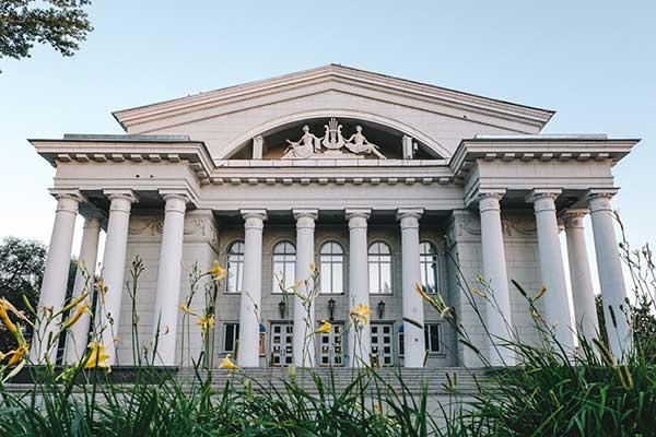 Занавес опускается: труппу Саратовского театра оперы и балета задвигают на окраину, руководство переселяют в аварийное здание