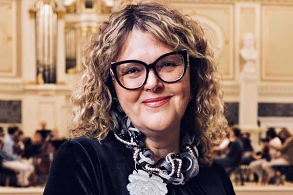 Председатель правления Союза концертных организаций России Ольга Хомова поздравляет Андрея Устинова и «Музыкальное обозрение»