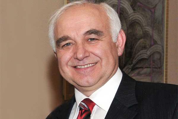 Директор Свердловской филармонии Александр Колотурский поздравляет «МО» и Андрея Устинова