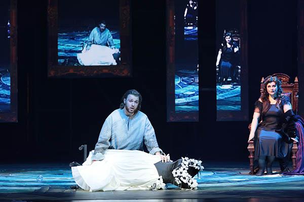 Буржуазная тоска: Дмитрий Бертман поставил в «Геликоне» оперу с тройным дном