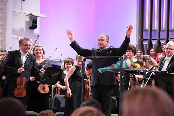 Дмитрий Лисс и Уральский филармонический оркестр: Десятая симфония Шостаковича в Зарядье (8 апреля 2021)