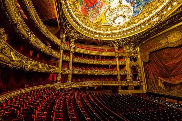 Во Франции открываются закрытые пандемией театры и залы